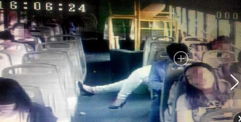 虐死单身狗 郑州情侣公交车上拥吻