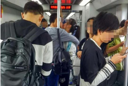 虐死单身狗 小情侣地铁一吻11站